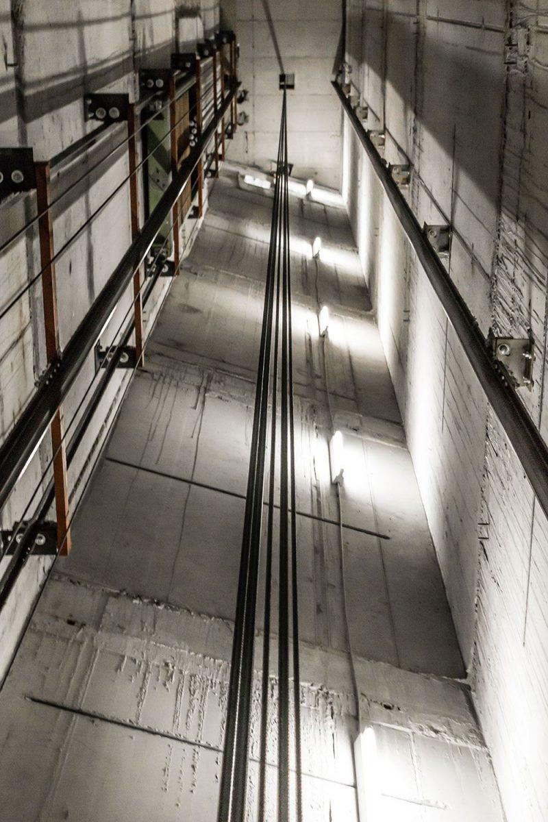Aufzugschacht aus Beton mit Licht