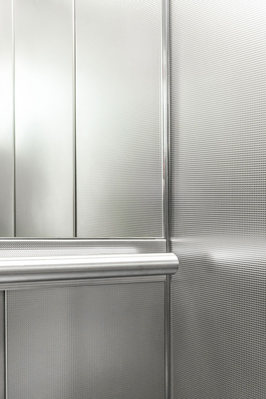 Handlauf in Aufzug hochkant