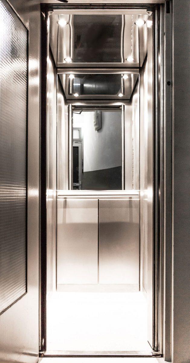 Moderne Aufzug-Kabine aus Edelstahl